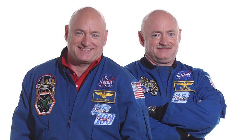 Скот (лево) и Марк Кели (НАСА)