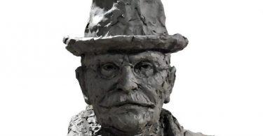 Михајло Пупин (приказ попрсја научникове скулптуре у целости вајара Драгана Раденовића)
