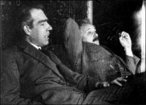 Нилс Бор и Алберт Ајнштајн дискутутују квантну механику