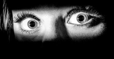 U strahu velike oči (Vikipedija)