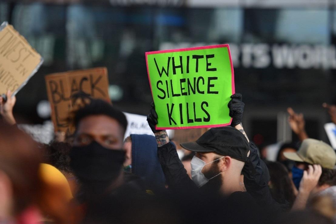 """Demonstranti s transparentom """"Ćutanje belaca ubija"""", Njujork"""
