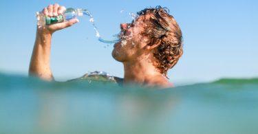 Plivač sa flašom